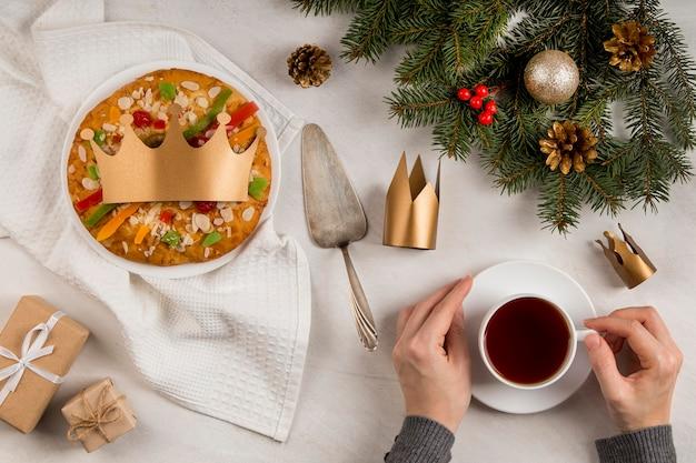 Wesołego trzech króli smaczne ciasto i filiżanka herbaty