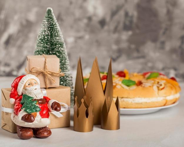 Wesołego trzech króli smaczne ciasto i święty mikołaj