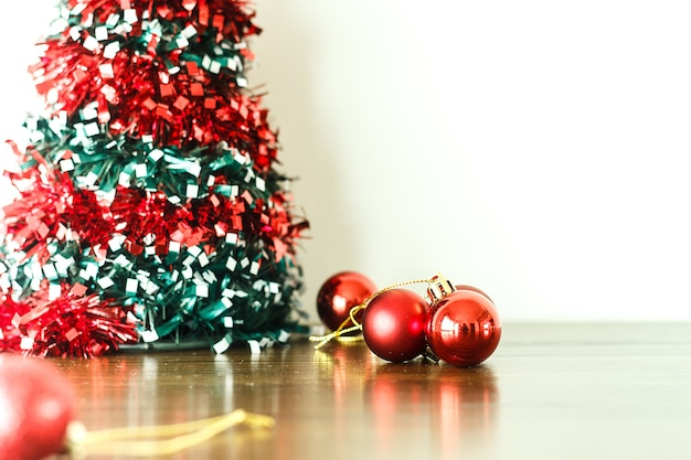 Wesoło boże narodzenia i szczęśliwa nowy rok dekoracja na drewnianej podłoga.