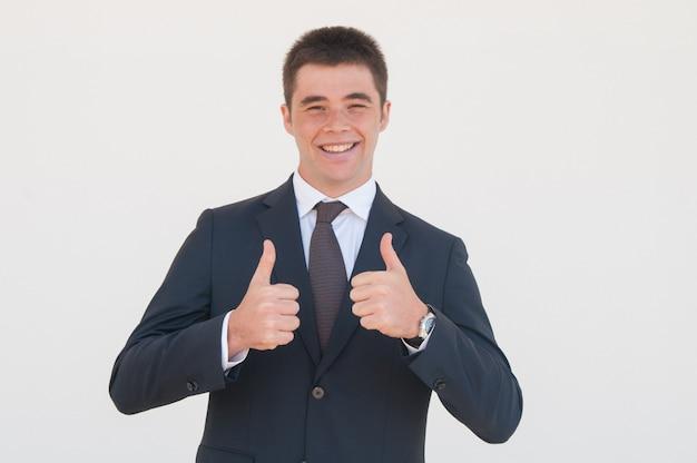 Wesoły absolwent lub praktykant z przyjemnością rozpoczyna swoją karierę