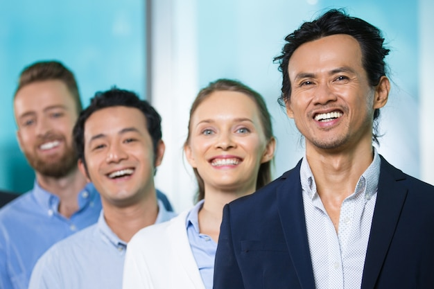 Wesoły azjatycki kierownictwo wykonawców