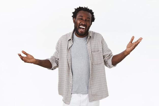 Wesoły, beztroski afro-amerykański facet z brodą w casualowej koszuli, t-shirt