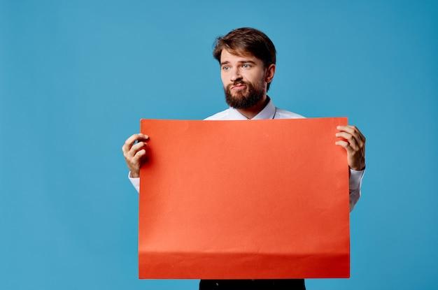 Wesoły brodaty mężczyzna trzyma czerwony sztandar