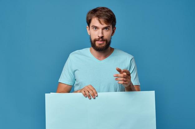 Wesoły brodaty mężczyzna w niebieskiej koszulce makieta plakat studio na białym tle