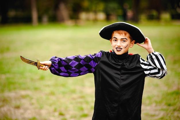 Wesoły chłopak z rudymi włosami w garniturze na halloween