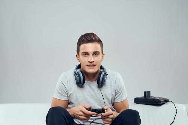 Wesoły człowiek gimnastyka w rękach konsoli do gier rozrywkowych