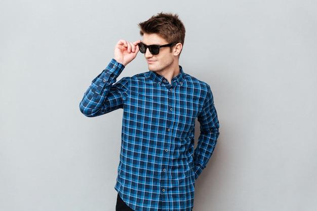 Wesoły człowiek nosi okulary przeciwsłoneczne