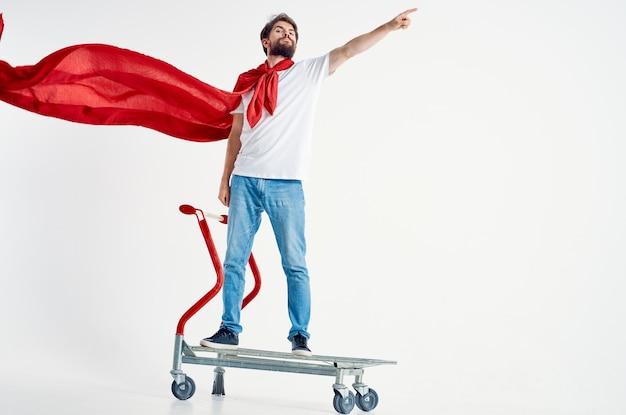 Wesoły człowiek superbohatera wysyłka jasnym tle. zdjęcie wysokiej jakości