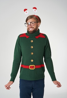 Wesoły człowiek w boże narodzenie sweter