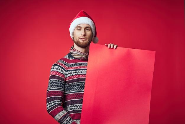 Wesoły człowiek w noworocznych ubraniach reklama miejsce studio pozowanie. zdjęcie wysokiej jakości
