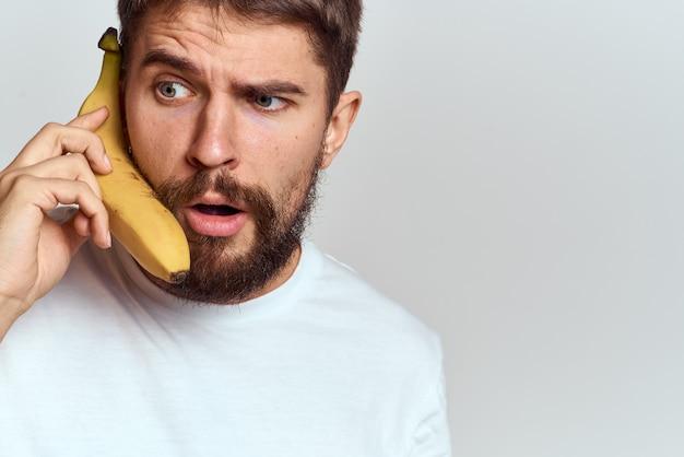 Wesoły człowiek z bananem w rękach