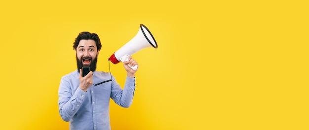Wesoły człowiek z megafonem na żółtym tle, koncepcja sukcesu
