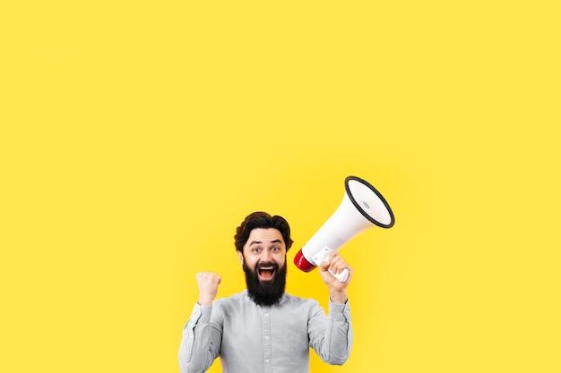 Wesoły człowiek z megafonem na żółtym tle