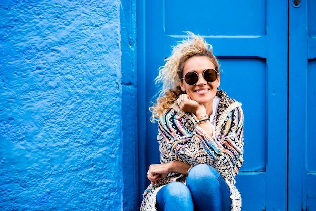 Wesoły dorosły piękny portret kobiety w kolorze niebieskim