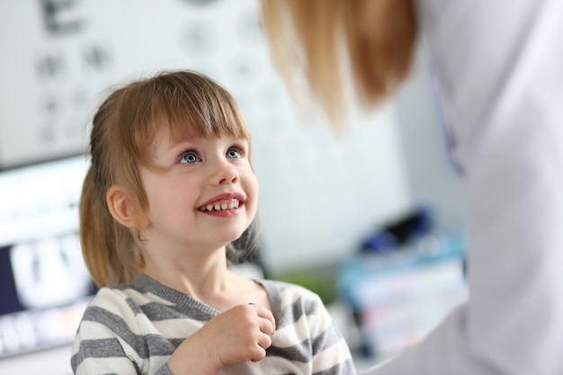 Wesoły dzieciak na wizytę u lekarza