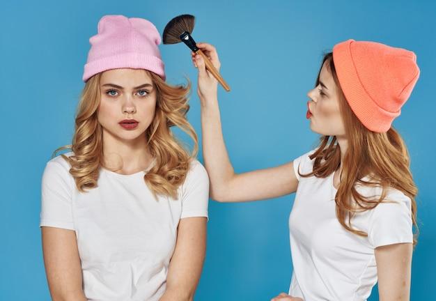 Wesoły dziewczyny modne ubrania kosmetyki weekend komunikacja styl życia