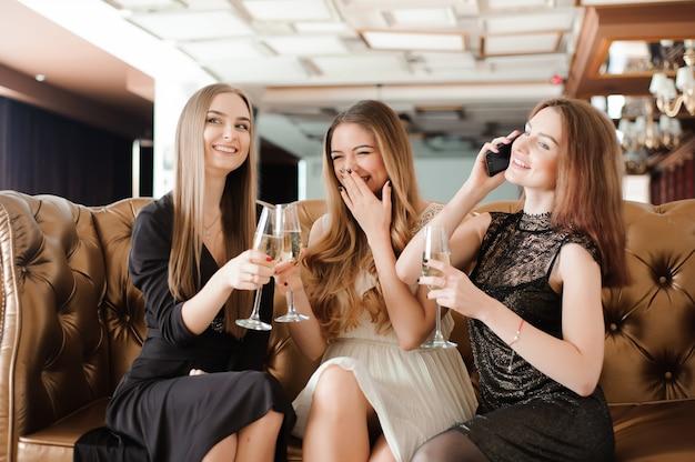 Wesoły dziewczyny szczęk szklanki szampana na imprezie