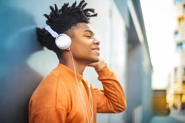 Wesoły facet słuchania muzyki w słuchawkach
