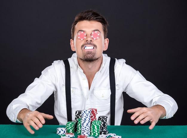 Wesoły gracz w pokera z frytkami