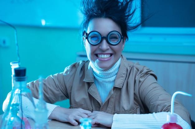 Wesoły i uśmiechnięty nauczyciel chemii na śmiesznym obrazie