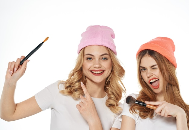 Wesoły koleżanki kosmetyki weekend styl życia przycięty widok jasnym tle