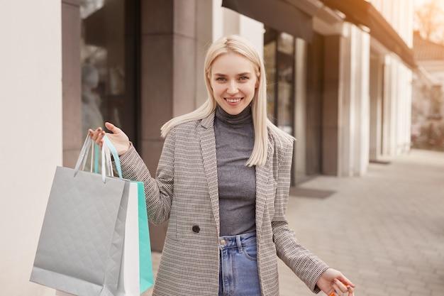 Wesoły kupujący kobieta na ulicy