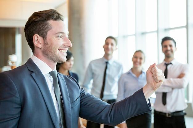 Wesoły lider, motywujący jego zespół biznesowy