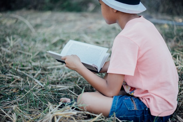 Wesoły mały chłopiec czytanie książki