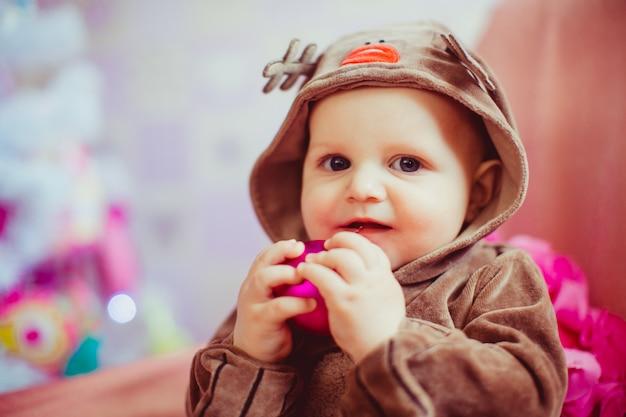 Wesoły mały chłopiec gry w pobliżu choinki