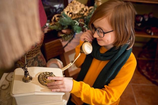 Wesoły mały chłopiec szuka dekoracji domu i prezentów świątecznych w sklepie gospodarstwa domowego
