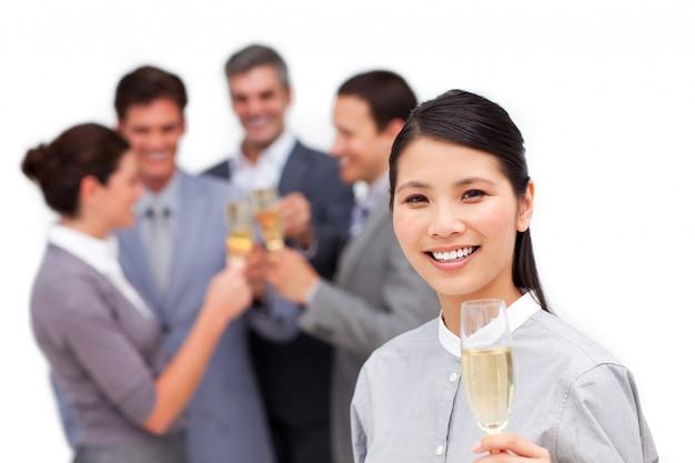 Wesoły menedżer i jej zespół świętuje sukces
