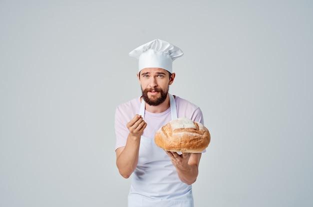 Wesoły męski piekarz gotujący kuchnię gastronomiczną