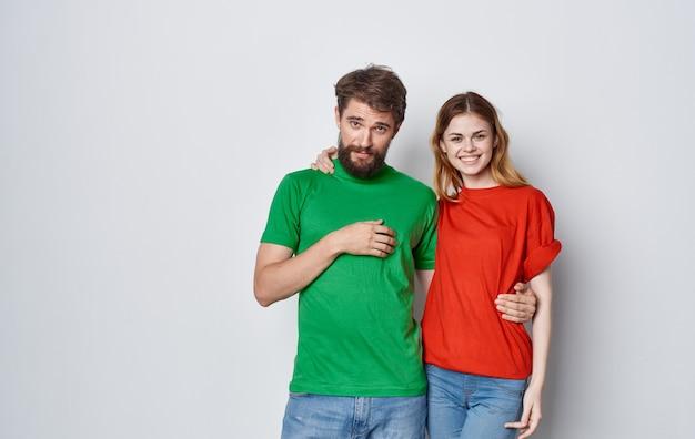 Wesoły mężczyzna i kobieta wielobarwne koszulki obejmują styl życia emocji przyjaźni