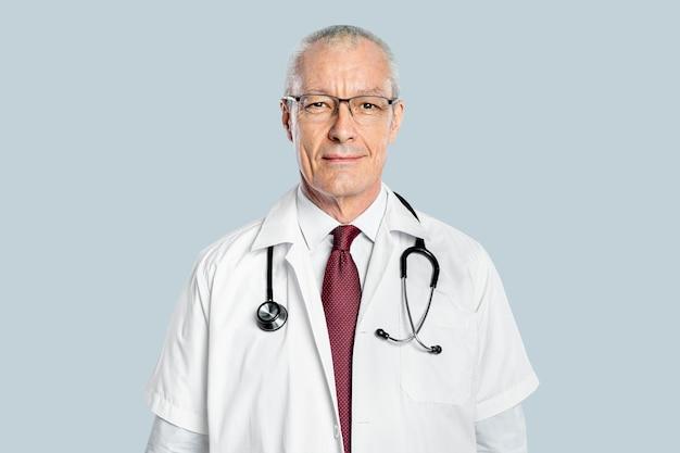 Wesoły mężczyzna lekarz w białej sukni portrecie