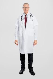 Wesoły mężczyzna lekarz w białej sukni z pełnym ciałem