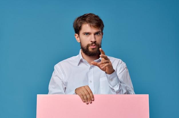Wesoły mężczyzna różowy makieta plakat rabat reklamowy na białym tle