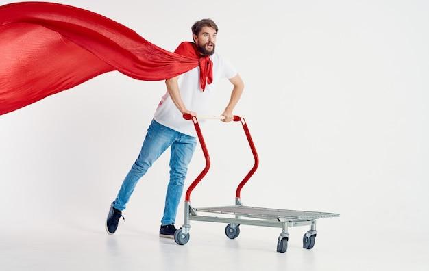 Wesoły mężczyzna superbohatera wysyłka na białym tle