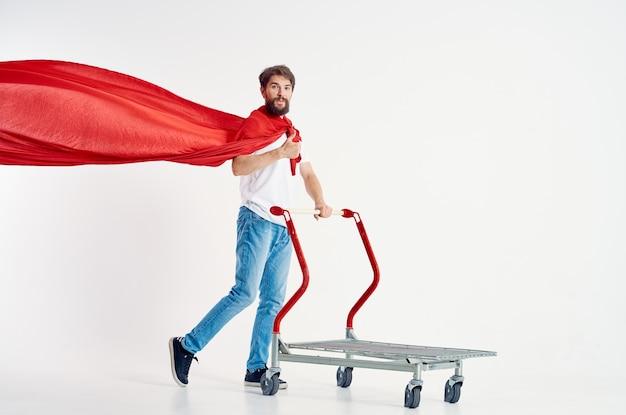 Wesoły mężczyzna w czerwonym płaszczu transportowym w pudełku na białym tle