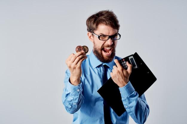 Wesoły mężczyzna w koszuli z krawatem finanse e-commerce