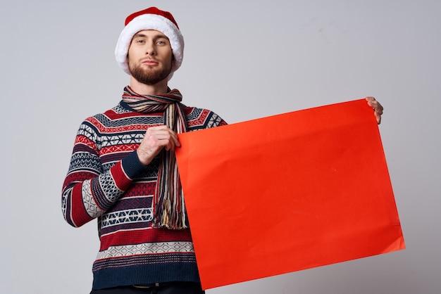 Wesoły mężczyzna w nowych ubraniach lat trzyma transparent wakacje na białym tle