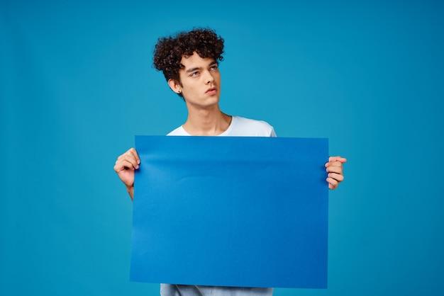 Wesoły mężczyzna z kręconymi włosami niebieski plakat