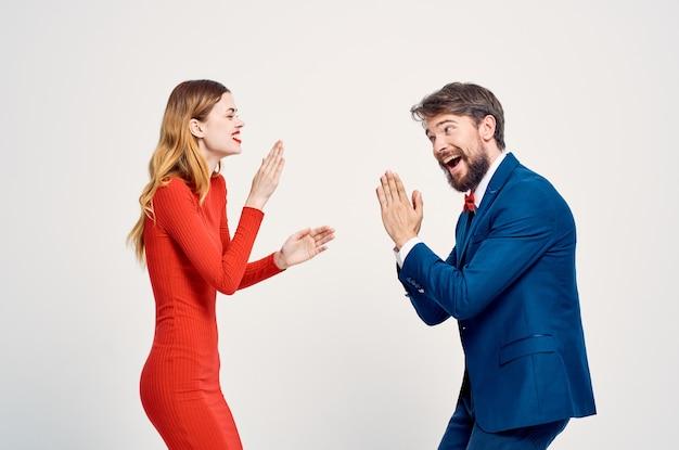Wesoły mężczyźni i kobiety stoją obok siebie emocje studia komunikacji