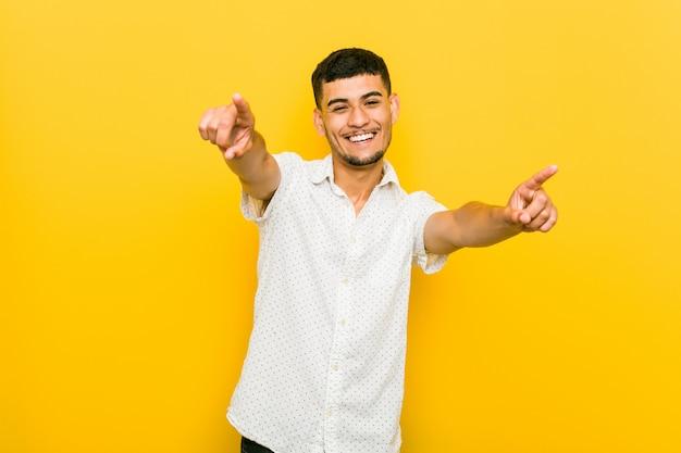 Wesoły młody człowiek hiszpanin uśmiecha się do przodu