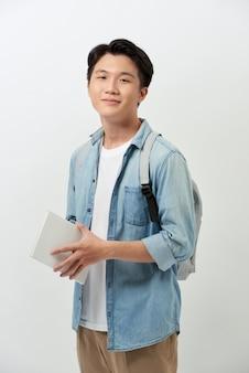 Wesoły młody student azji z książką
