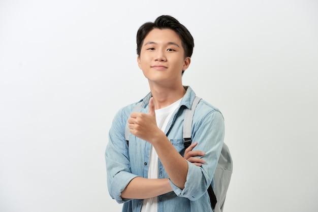 Wesoły młody student z azji z plecakiem