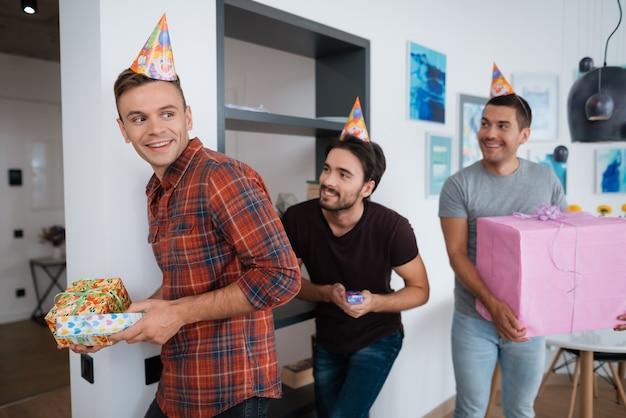 Wesoły najlepszy przyjaciel na zawsze. urodzinowe przyjęcie-niespodzianka.