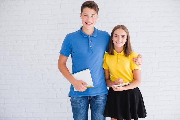 Wesoły nastolatki z notebookami