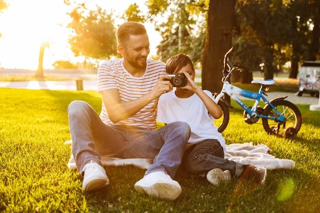 Wesoły ojciec i syn dobrze się bawią