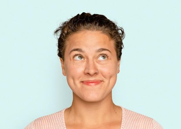 Wesoły portret brunetki, uśmiechnięta twarz