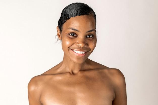 Wesoły portret czarnej kobiety z nagą klatką piersiową